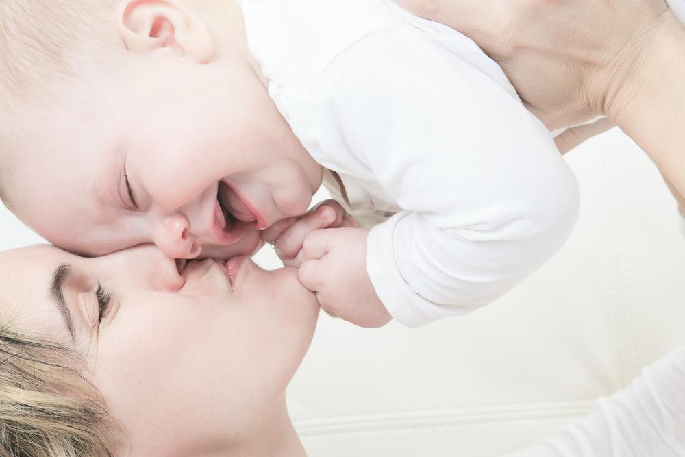 besos en la boca a niños