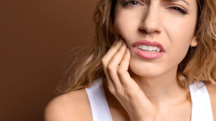 Sabor metálico en la boca; es disgeusia y se debe a esto