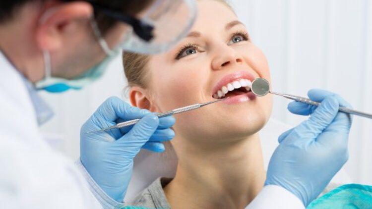 ¿Qué causas y consecuencias tienen los dientes apiñados?